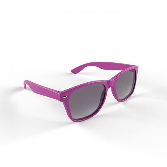 44d36f71efbf48 Hippe zonnebril met paars montuur. voordelige plastic zonnebril met een  paars montuur en uv 400